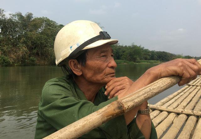 Ông Nguyễn Văn Cao đã có thâm niên gần 30 năm chèo chống bè mảng đưa học sinh qua sông